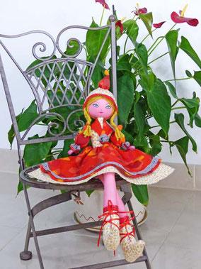 Clémentine est une poupée assise, composée de textiles, habillée, coiffée, maquillée à la peinture acrylique, taille 50cm, pièce unique, disponible