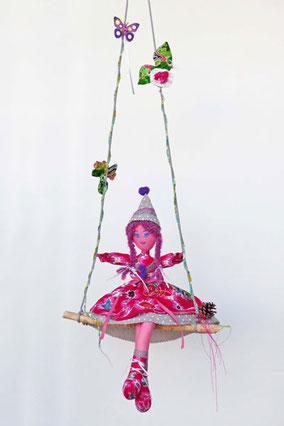 Léona, poupée composée de tissus et ouate, assise sur sa balançoire, habillée, coiffée, maquillée à la peinture acrylique, taile 50cm, pièce unique, disponible