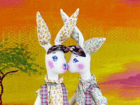 Lapins jumeaux composés de textiles, costumés et maquillés à la peinture acrylique, taille 47cm, non disponibles