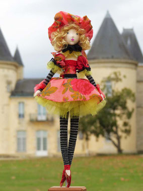 Eléanore est une poupée décorative composée de textiles, habillée, coiffée, maquillée à la peinture acrylique, taille 53 cm maintenue debout sur un socle, pièce unique, disponible