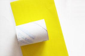 トイレットペーパーの芯を半分に切る。好きな折り紙(または千代紙)を長さは、芯から3センチほどはみ出るサイズで用意