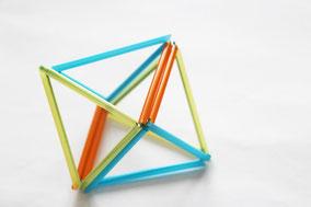 ピラミッド同士を紐で結びダイヤにします