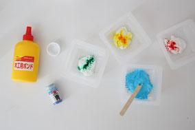 木工用ボンドに食用色素を少量入れて混ぜます
