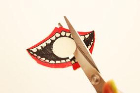 口の周りと中の円をはさみでカットしよう
