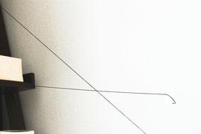 壁と壁に適当な長さのに切った糸をクロスするように テープで止めながら張ります