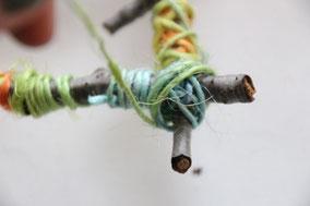 4方を糸で巻いて固定し、つるし糸をつけてできあがり