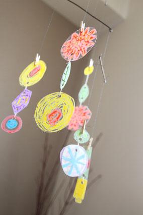 穴を開けた後は、紐で繋いでお部屋に飾りましょう。プラ版とプラ版があたるかすかな風鈴のような小さな音も癒されますよ*
