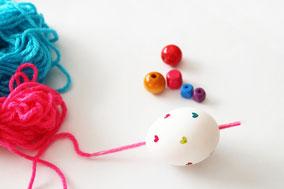 セロハンテープを糸に巻きつけ芯をつくると穴に糸を通しやすい◎