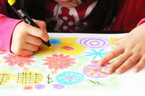 まずは油性ペンでプラ版に大きなお花と葉っぱをお絵描きします