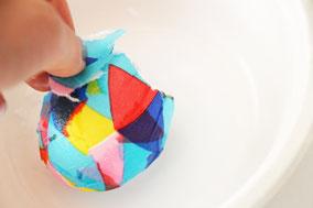 3倍に薄めたボンド水につけながらペタペタ貼る