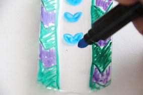 ペットボトルをカットしてマジックで好きにお絵描きします