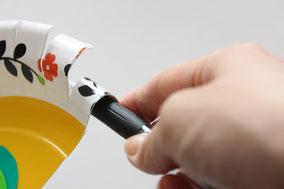 紙皿の周りを3センチほど均等に切り込みを入れ、ペンなどでカールさせます