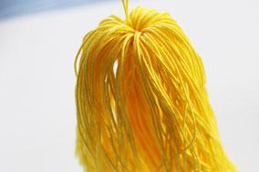 吊り糸を探る様にかき分け、束に丸みをつけます