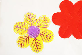 マジックでお花に模様を描きます