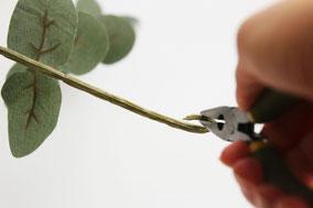 ④3本中1本目の茎先をペンチで曲げ輪っかを作ります
