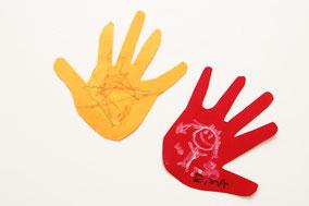 色紙または折り紙にペンで手形をとり切り抜く。絵やメッセージを書くと可愛い