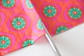ナプキンのさけにくい方を4等分します。2枚重ねの白いナプキンは取り除きます