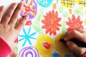 プラ板に大きめにお絵描きしハサミでカット