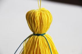 どこかに吊るし、頭が丸くなる様に糸をぐるぐると巻きつけます。これを数種類つくります