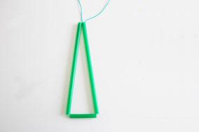 ストロー7本分の長さの糸を用意し、長いストロー2本、短1本に糸を通し三角形を作り結びます