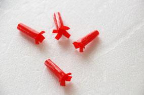 ストローを3cm幅に4つ切り、片方の先に少し切り込みを入れ広げて足をつくる