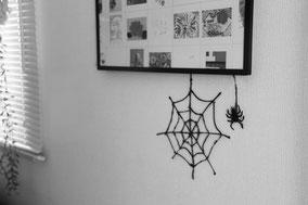 窓や鏡、壁にテープで固定して飾っておうちを演出◎