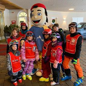 Auch STOCKI - das Maskottchen des STOCK resort - unterstützt seine Skischulkinder