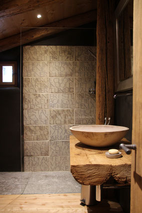 Platten mit Schriftzug Badezimmer / Dusche