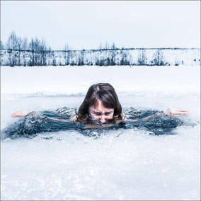 Frau beim Eisbaden