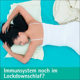 Immunräuber Angst, Frau lehnt entspannt an einer Wand