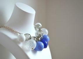 Collier Silber mit mundgeblasenen Perlen aus Muranoglas, Blau, Weiß, Grau
