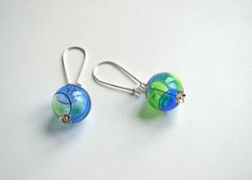 Ohrringe mit Glasperlen Blau/Grün und Blüte