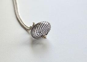 Kurze Kette Silber mit mundgeblasener Perle aus Muranoglas, Zwiebelform, Schwarz gestreift