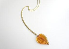 Lange Kette 333 Gelbgold mit handgeformter Perle aus Muranoglas in Blattform, Karamell