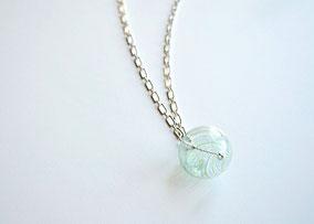 Lange Kette Silber mit mundgeblasener Perle aus Muranoglas, Hellgrün gestreift