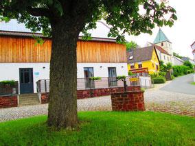 genauso wie gelebte Nachhaltigkeit (Dorfplatz mit Gemeinschaftshaus in Atzmannsricht)
