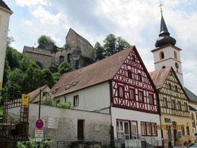 in Pottenstein, Fachwerkhäuser, Kirche, Blick zur Burg