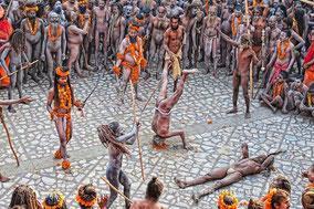 Grand fête religieuse se tenant sur les rives du Gange. Spectacle unique et impressionnant puisque des centaines de milliers de pèlerins y participent.
