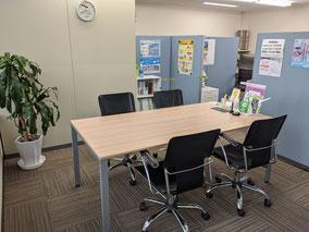 防府市の横田貴昭司法書士事務所 ミーティングスペース パーテイションで外から見えないように遮っています。安心してご相談いただけます。