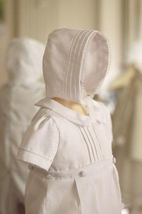 Bonnet baptême bébé en piqué de coton blanc et dentelle de coton. Béguin baptême bébé Augustin, Fil de Légende. Magasin vêtements baptême Paris, Neuilly-sur-Seine. Expédition en France et à l'international.