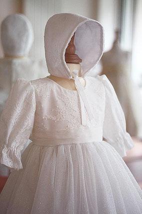 Bonnet baptême dentelle bébé fille. Béguin baptême Celine dentelle blanche. Fait-main France. Magasin vêtements de baptême Paris, Ile de France. Envoi dans toute la France.