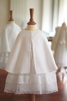 Cape baptême fille lainage ivoire Pauline, Fil de Légende. Magasin vêtements de baptême Paris, Neuilly-sur-Seine. Envois dans toute la France.