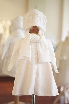 Bonnet et écharpe en maille blanche automne hiver pour baptême bébé. Bonnet Fil de Légende. Magasin vêtements baptême Paris, Neuilly-sur-Seine. Envois dans toute la France et à l'international.