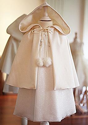 Cape cérémonie enfant laine ivoire avec large capuche. Fermeture ruban avec pompons. Fait-main France. Atelier à Neuilly-sur-Seine. Envois dans toute la France.