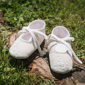 chaussons baptême bébé fille en tulle brodé blanc cassé. Ballerines bébé Fil de Légende. Magasin vêtements baptême Paris, Neuilly-sur-Seine. Envoi dans toute la France, en Europe et dans le monde.