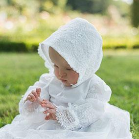 Robe de baptême courte en voile plumetis blanc, ruban de satin et dentelle italienne. Robe fait main à l'atelier Fil de légende à Neuilly-sur-Seine. Robe de créateur.