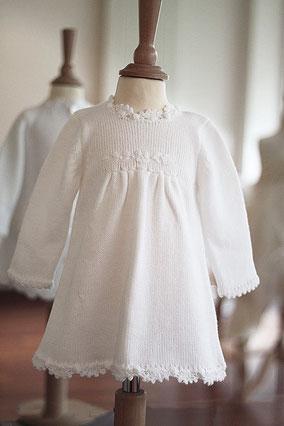 Robe de baptême automne hiver en maille blanche Fil de Légende. Magasin vêtements baptême Paris, Neuilly-sur-Seine. Envoi dans toute la France, en Europe et dans le monde.