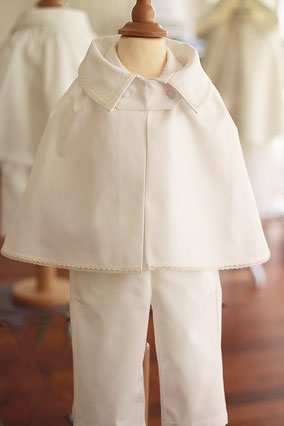 Cape baptême bébé garçon en satin de coton ivoire. Fait-main dans l'atelier Fil de Légende à Neuilly-sur-Seine. Envois dans toute la France.