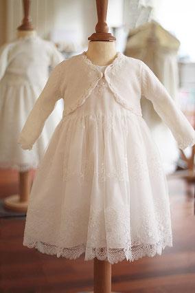 Gilet cérémonie bébé fille laine blanche. Modèle gilet boléro bébé fille Fil de Legende. Magasin vêtements baptême Paris, Neuilly-sur-Seine. Expédition dans toute la France et à l'international.