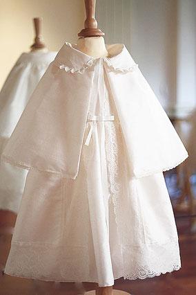 Cape baptême bébé en soie ivoire et dentelle. Fait-main dans l'atelier Fil de Légende à Neuilly-sur-Seine. Envois dans toute la France.